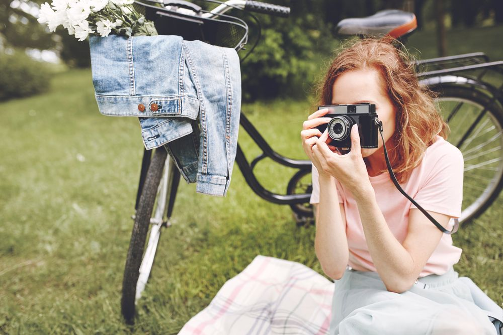 woman-taking-pictures-nature2